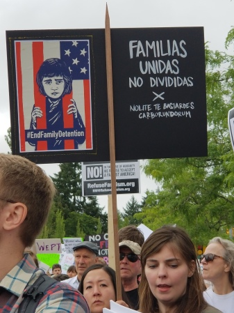 "Sign saying ""Familias unidas, no Divididas! #EndFamilyDetention"""